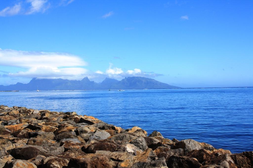 Вид на остров Моореа с острова Таити